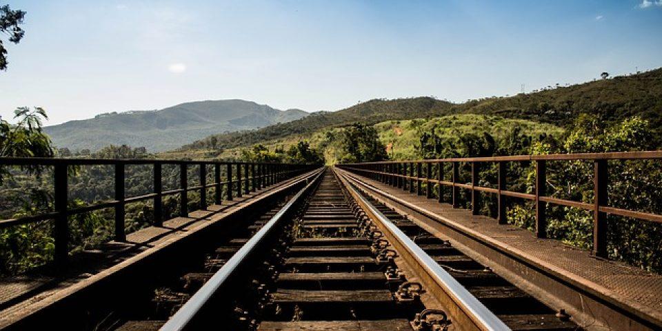 Бърз влак от Варна за София дерайлира след удар с джип